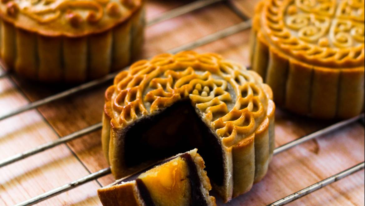 Eating Mooncake During the Mid-Autumn Festival